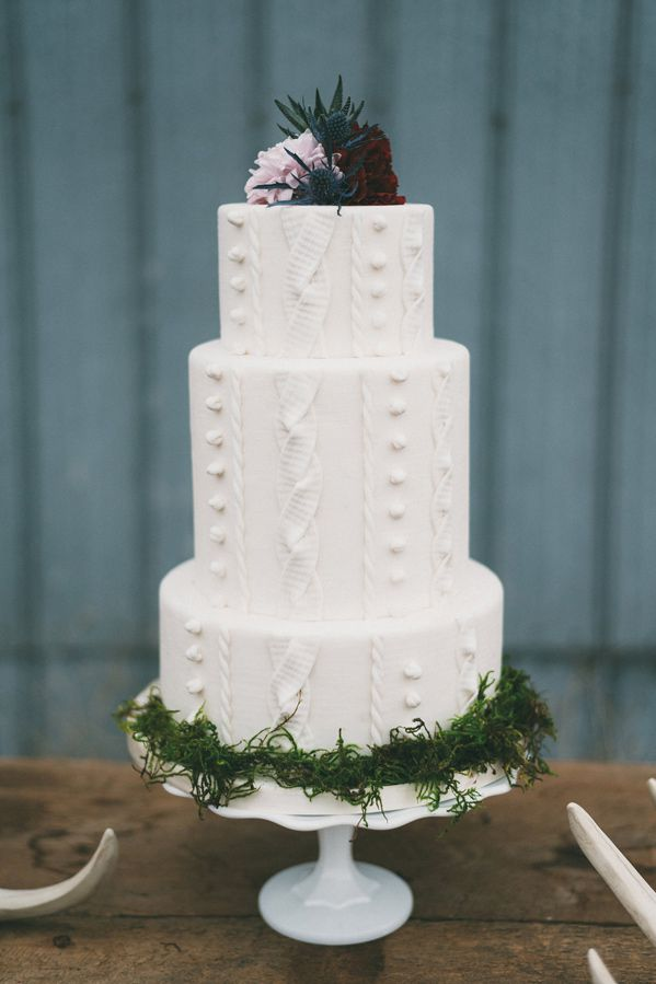 1483483147-syn-wdy-1483461251-2-cable-knit-wedding-cake