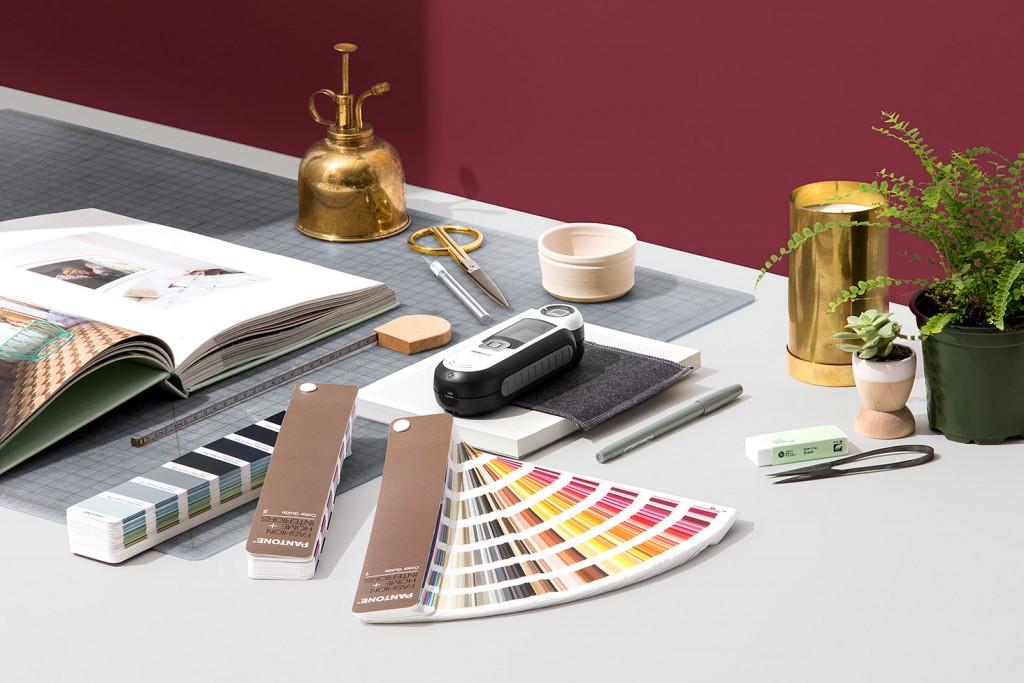 FHGC400-pantone-fashion-home-interiors-capsure-and-paper-color-guide-lifestyle-1-2